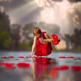 Raccogli il Tuo Fiore Rosso con il Cerchio di Donne Splendenti